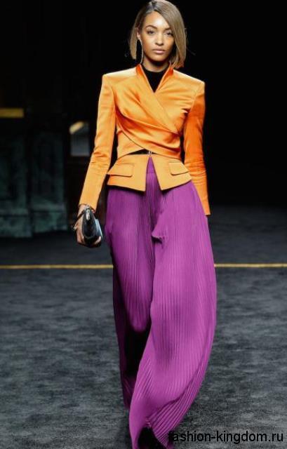 Брюки сиреневого цвета для вечернего стиля, свободного кроя в тандеме с пиджаком оранжевого тона, приталенного фасона от Balmain.