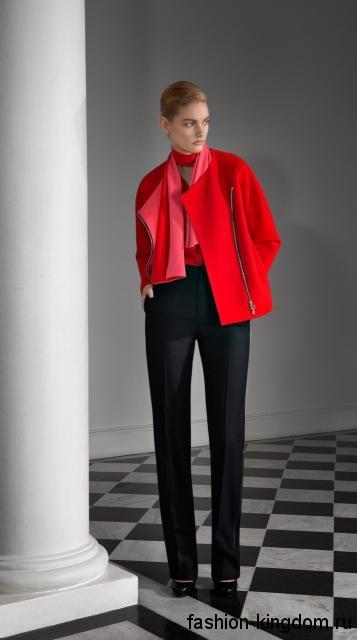 Женская куртка ярко-красного оттенка, прямого кроя в тандеме с шарфом красно-розовой расцветки, классическими черными брюками и черными туфлями на каблуке от Bouchra Jarrar.