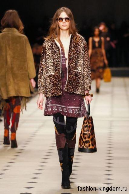 Сапоги-ботфорты черного цвета с рисунком, на каблуке из коллекции Burberry Prorsum в сочетании с коротким меховым пальто леопардовой расцветки.