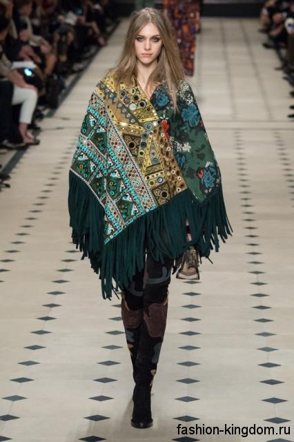Пончо зеленого цвета с этническим принтом, длиной выше колен дополняется высокими сапогами на каблуке модного сезона осень-зима 2015-2016 от Burberry.