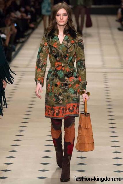Приталенное пальто зеленого цвета с растительным принтом сочетается с сапогами-чулками рыже-коричневого тона модного сезона осень-зима 2015-2016 от Burberry.