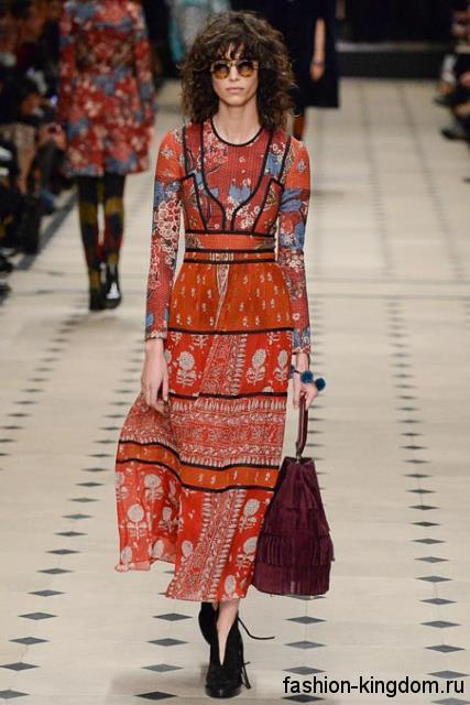 Платье оранжевого цвета с абстрактным принтом в стиле хиппи, полуприталенного фасона модного сезона осень-зима 2015-2016 от Burberry.