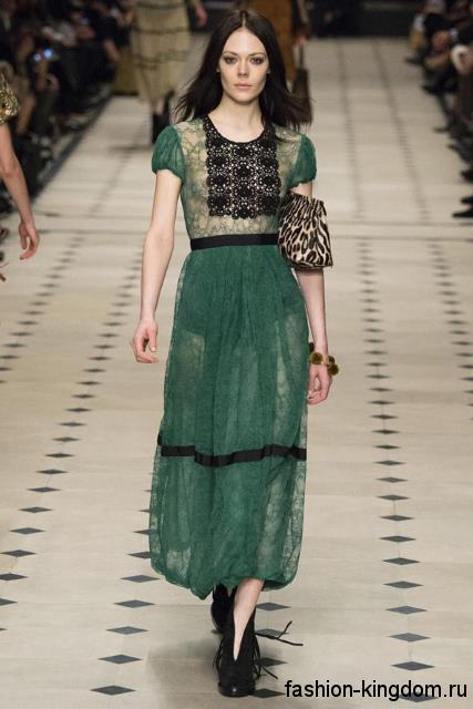 Шифоновое длинное платье зеленого цвета с ажурными черными вставками и короткими рукавами модного сезона осень-зима 2015-2016 от Burberry.