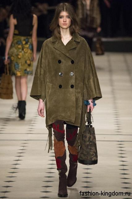 Двубортное пальто на осень цвета хаки, свободного кроя, с рукавами три четверти в сочетании с сапогами-чулками коричневой расцветки на каблуке от Burberry из модного сезона осень-зима 2015-2016.