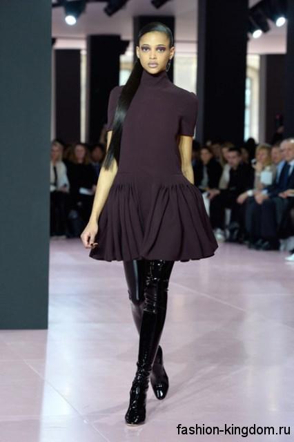 Лакированные сапоги-чулки черного цвета гармонируют с коротким платьем темно-сливового тона с пышной юбкой модного сезона осень-зима 2015-2016 от Christian Dior.