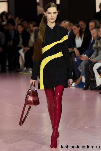 Лакированные сапоги-чулки ярко-красного цвета на высоком каблуке в тандеме с коротким черным платьем с желтыми вставками и красной сумочкой от Christian Dior.