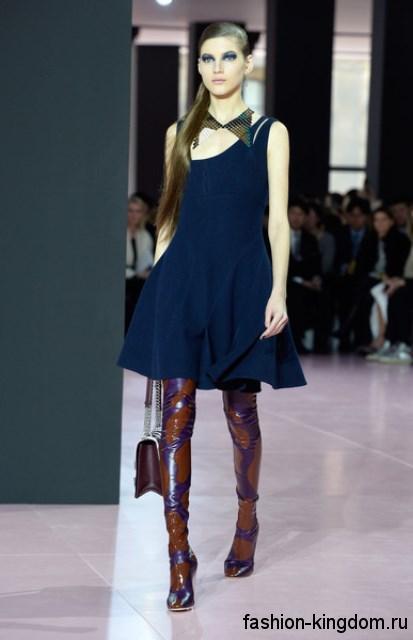 Платье в стиле бэби долл темно-синего цвета, без рукавов дополняется лакированными сапогами-чулками на каблуке модного сезона осень-зима 2015-2016 от Christian Dior.