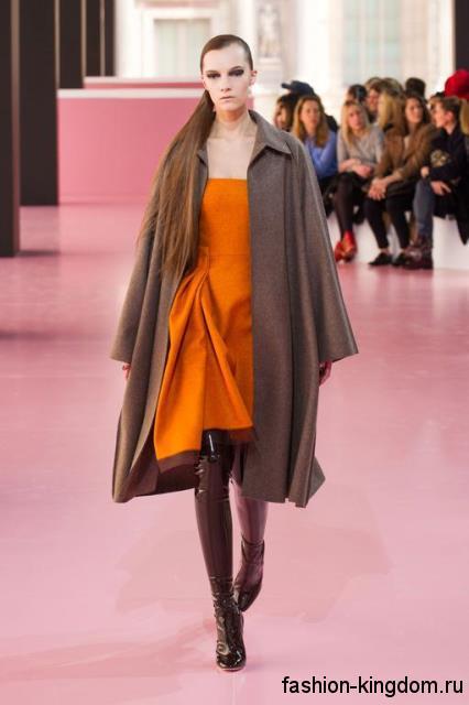 Классическое пальто серо-коричневого оттенка длиной ниже колен в тандеме с оранжевым платьем и высокими сапогами модного сезона осень-зима 2015-2016 от Christian Dior.