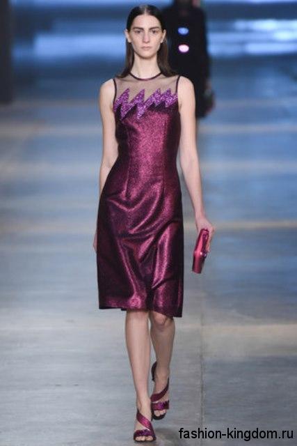 Новогоднее платье-миди фиолетового цвета из блестящей ткани, без рукавов в сочетании с клатчем и босоножками в тон наряда от Christopher Kane.