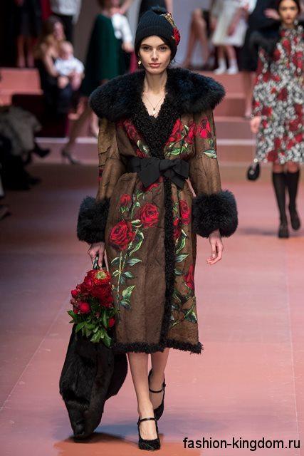 Зимнее пальто коричневого цвета, декорированное вышивкой, с меховым воротником и манжетами модного сезона осень-зима 2015-2016 от Dolce & Gabbana.