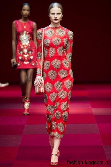 Длинное новогоднее платье красного цвета с золотистым принтом для корпоратива, прямого силуэта, с длинными рукавами из коллекции Dolce Gabbana.