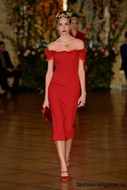 Платье-футляр красного цвета длиной ниже колен, с короткими рукавами в тандеме с клатчем и туфлями красного тона от Dolce Gabbana.