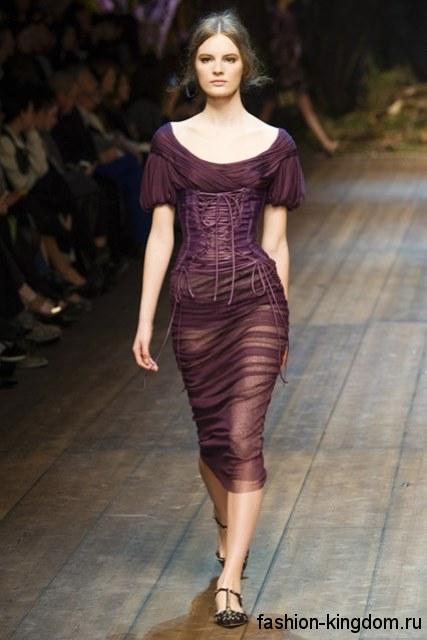 Шифоновое платье фиолетового цвета на Новый год, приталенного фасона, длиной чуть ниже колен, с рукавами фонарик от Dolce Gabbana.