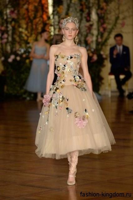Длинное праздничное платье с пышной шифоновой юбкой и корсетным верхом, бежевого цвета, украшенное вышивкой и пайетками от Dolce-Gabbana.