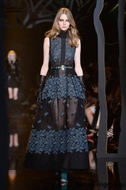 Ажурное длинное платье черно-синей расцветки с акцентом на талии, без рукавов модного сезона осень-зима 2015-2016 от Elie Saab.