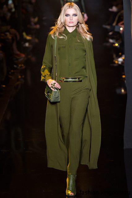 Узкие брюки зеленого цвета для вечернего стиля в тандеме с рубашкой, плащом и ботильонами в тон из коллекции Elie Saab.