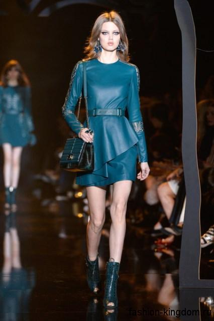 Ботильоны темно-бирюзового тона с открытым носком и на каблуке в тандеме с коротким кожаным платьем в тон модного сезона осень-зима 2015-2016 от Elie Saab.