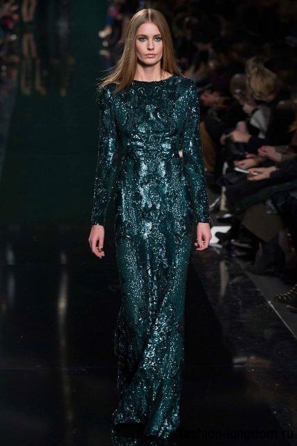 Блестящее длинное платье темно-бирюзового оттенка, приталенного фасона, с длинными рукавами и вырезом лодочка из коллекции Elie Saab.