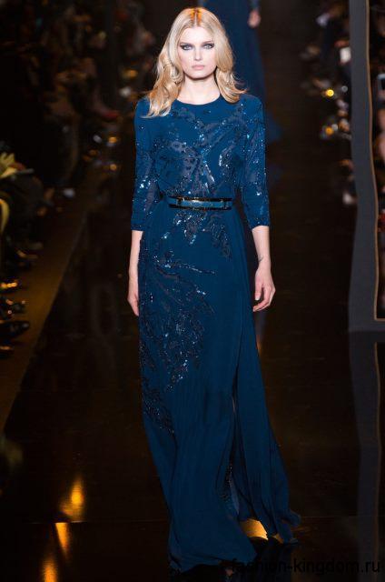 Вечернее платье в пол темно-синего цвета, полуприталенного кроя, с рукавами три четверти, декорированное пайетками, от Elie Saab.