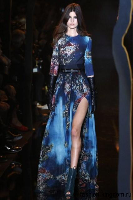 Платье синего цвета с принтом для вечернего стиля, длиной в пол, с рукавами до локтей и пояском сочетается с высокими кожаными перчатками и ботильонами от Elie Saab.