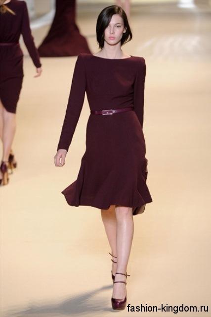 Платье цвета марсала длиной до колен для новогоднего корпоратива, полуприталенного кроя, с длинными рукавами и вырезом лодочка от ElieSaab.