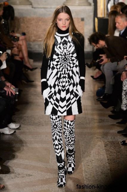Зимние сапоги-чулки черно-белого цвета с геометрическим рисунком, на каблуке в сочетании коротким платьем в тон обуви из коллекции Emilio Pucci.