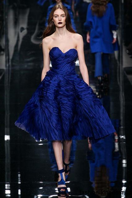 Пышное платье синего цвета для вечернего стиля, с корсетным верхом в сочетании с босоножками синего тона от Ermanno Scervino.