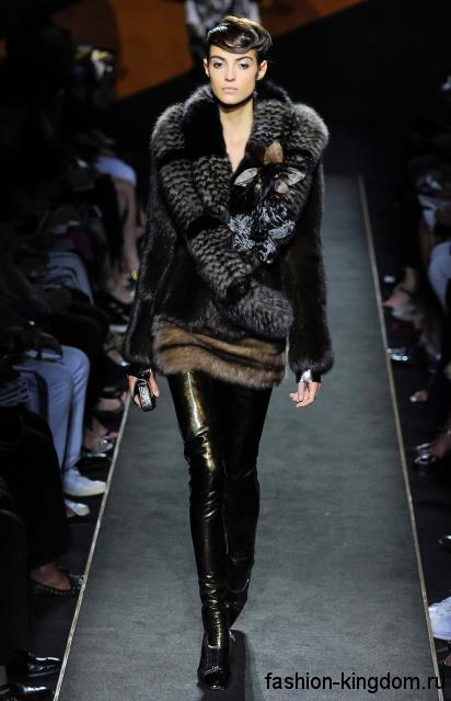 Кожаные черные брюки в сочетании с короткой шубкой черного тона с объемным воротником модного сезона осень-зима 2015-2016 от Fendi.