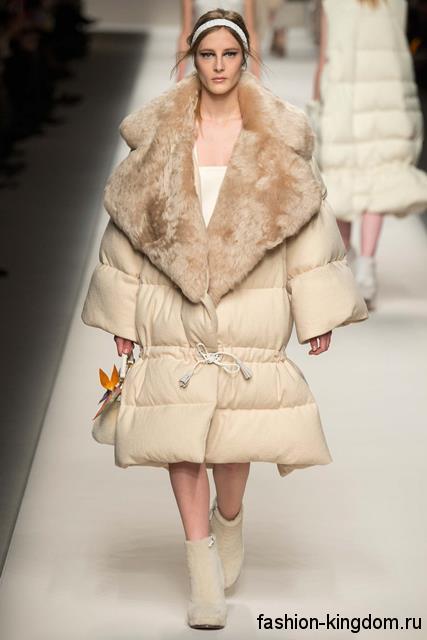 Пальто оверсайз молочного цвета с меховым воротником в сочетании с короткими сапогами модного сезона осень-зима 2015-2016 от Fendi.