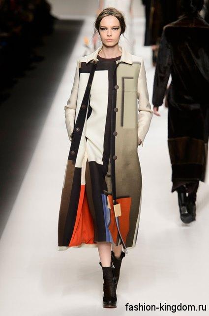 Пальто в стиле пэчворк длиной ниже колен в сочетании с платьем в тон и черными сапогами на каблуке модного сезона осень-зима 2015-2016 от Fendi.