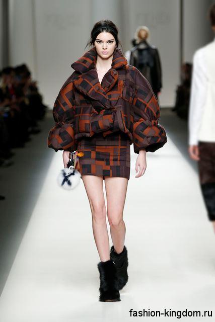 Куртка в стиле оверсайз рыже-фиолетового тона в сочетании с мини-юбкой в тон и меховыми сапогами модного сезона осень-зима 2015-2016 от Fendi.