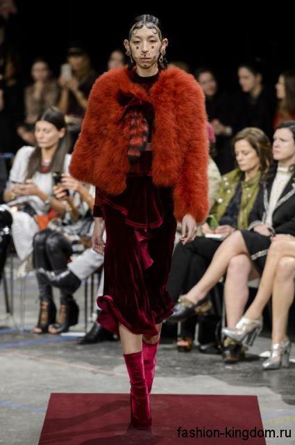 Длинное бархатное платье бордового цвета гармонирует с короткой рыжей шубкой и ботильонами малинового тона на каблуке модного сезона осень-зима 2015-2016 от Givenchy.