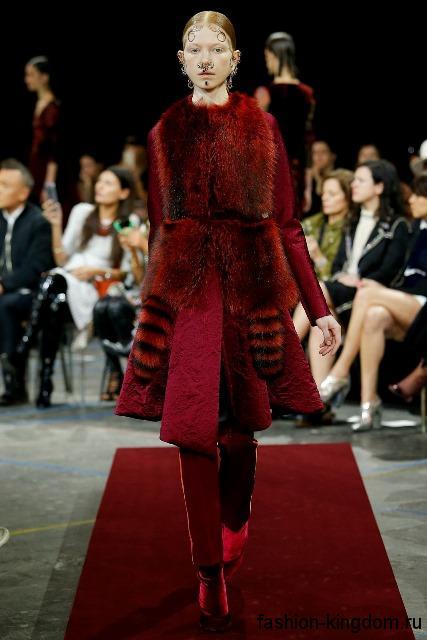 Меховое пальто темно-красного цвета длиной до колен, с акцентом на талии в тандеме с красными брюками и сапогами модного сезона осень-зима 2015-2016 от Givenchy.