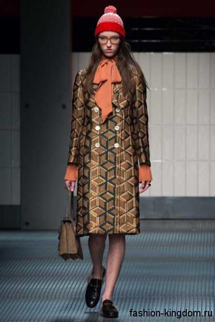 Двубортное пальто золотистого цвета с геометрическим принтом, прямого фасона модного сезона осень-зима 2015-2016 от Gucci.
