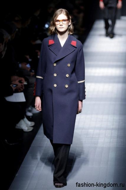 Двубортное пальто синего цвета прямого фасона в сочетании с черными брюками свободного кроя модного сезона осень-зима 2015-2016 от Gucci.