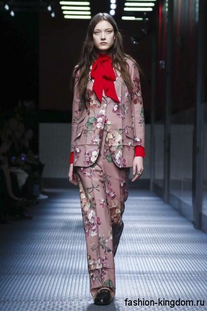 Брючный костюм сиреневого тона с цветочными принтом, классического кроя в тандеме с черными туфлями модного сезона осень-зима 2015-2016 от Gucci.