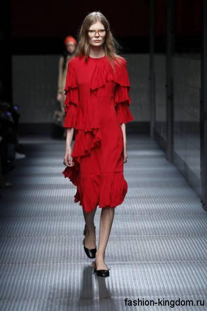 Платье-миди красного цвета прямого силуэта, с рукавами три четверти и плиссированными элементами модного сезона осень-зима 2015-2016 от Gucci.