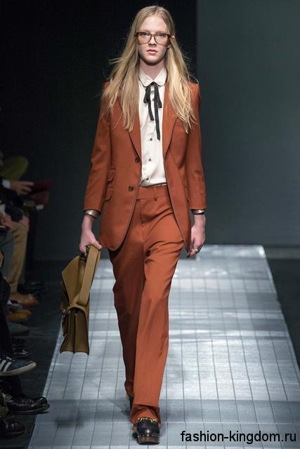 Брючный костюм орехового цвета, состоящий из длинного пиджака и брюк, в сочетании с белой рубашкой модного сезона осень-зима 2015-2016 от Gucci.