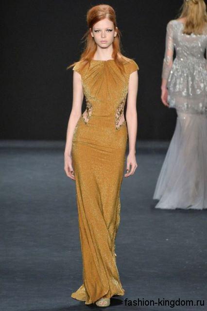 Вечернее платье в пол золотистого цвета, приталенного фасона, с короткими рукавами, выполненное из блестящей ткани, в тандеме с открытыми туфлями в тон от Holly Fulton.