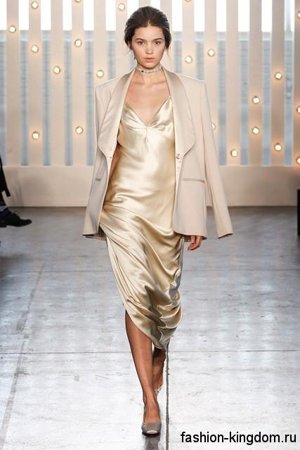 Атласное платье бежевого цвета приталенного кроя для вечернего стиля в сочетании с классическим бежевым пиджаком и туфлями на каблуке от Jenny Packham.