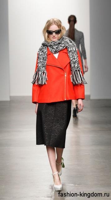 Кожаная куртка красного цвета гармонирует с вязаным шарфом черно-белого тона, юбкой-миди черной расцветки и белыми туфлями на каблуке от Karen Walker.