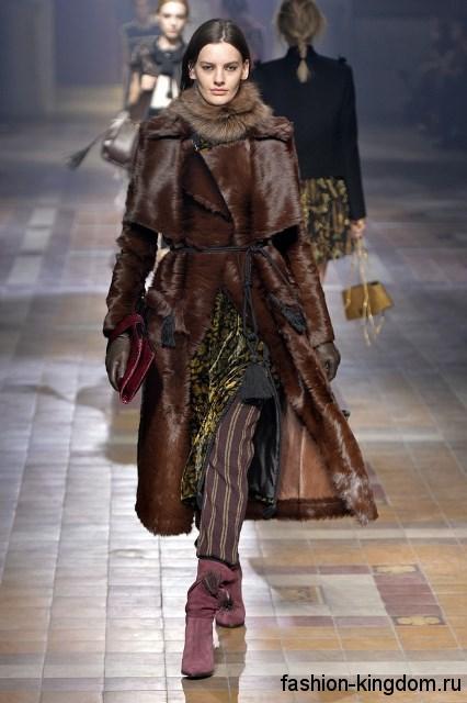 Замшевые короткие сапоги сливового цвета дополняют меховой пальто коричневого цвета длиной ниже колен модного сезона осень-зима 2015-2016 от Lanvin.