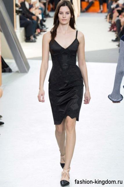 Новогоднее платье черного цвета приталенного фасона, длиной до колен, без рукавами, декорированное гипюровыми вставками из коллекции Louis Vuitton.