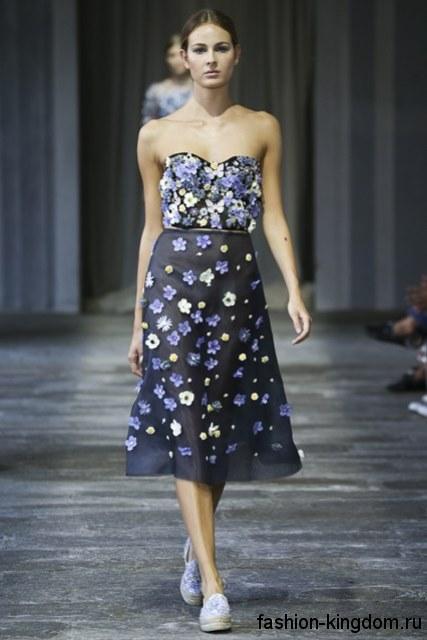 Новогоднее платье темно-синего тона, декорированное искусственными цветами, с корсетным верхом и юбкой ниже колен от Luisa Beccaria.