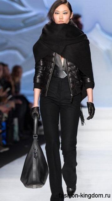 Стеганная короткая куртка черного цвета дополняется широким шарфом черного тона, брюками, аксессуарами и ботильонами черной расцветки из коллекции Mackage.