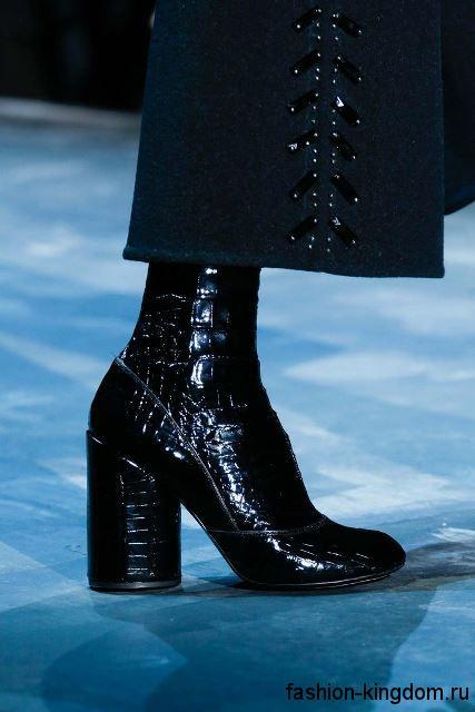 Зимние лакированные сапоги черного цвета с фактурным рисунком, на широком каблуке из коллекции Marc Jacobs.