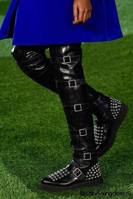 Кожаные сапоги черного цвета на низком ходу, декорированные пряжками и клепками, из коллекции Marc by Marc Jacobs.