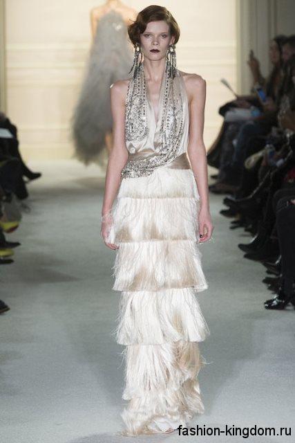 Вечернее платье в стиле ретро кремового оттенка, длиной в пол, с пышной юбкой и приталенным верхом, декорированное пайетками и бисером от Marchesa.
