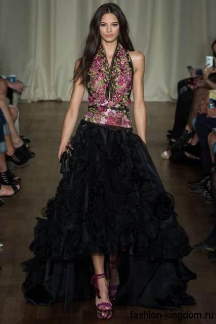Вечерний стиль с длинной многослойной юбкой черного цвета в сочетании с шифоновой блузкой черно-розового тона без рукавов и фиолетовыми босоножками на каблуке от Marchesa.