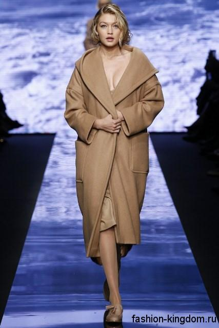 Бежевое пальто длиной ниже колен, прямого кроя, с накладными карманами и капюшоном модного сезона осень-зима 2015-2016 от Max Mara.